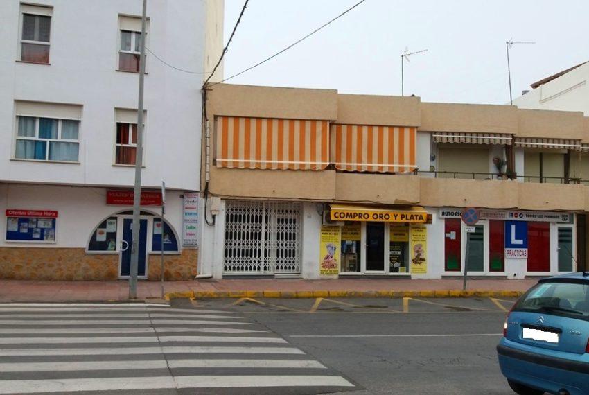 fachada y puerta con reja